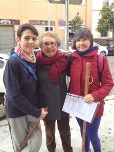 Peregrinos de todas las edades por las calles de Sevilla